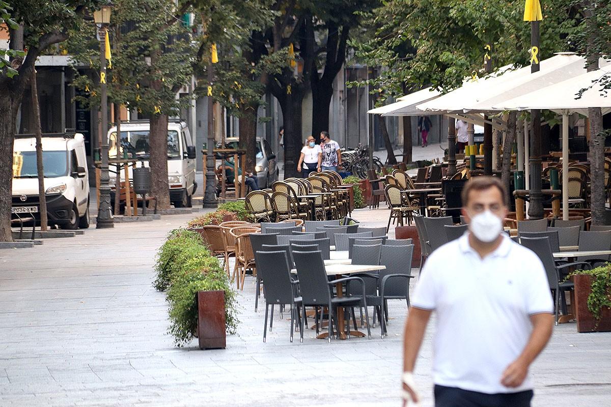 Les terrasses de la Rambla de Girona, buides.