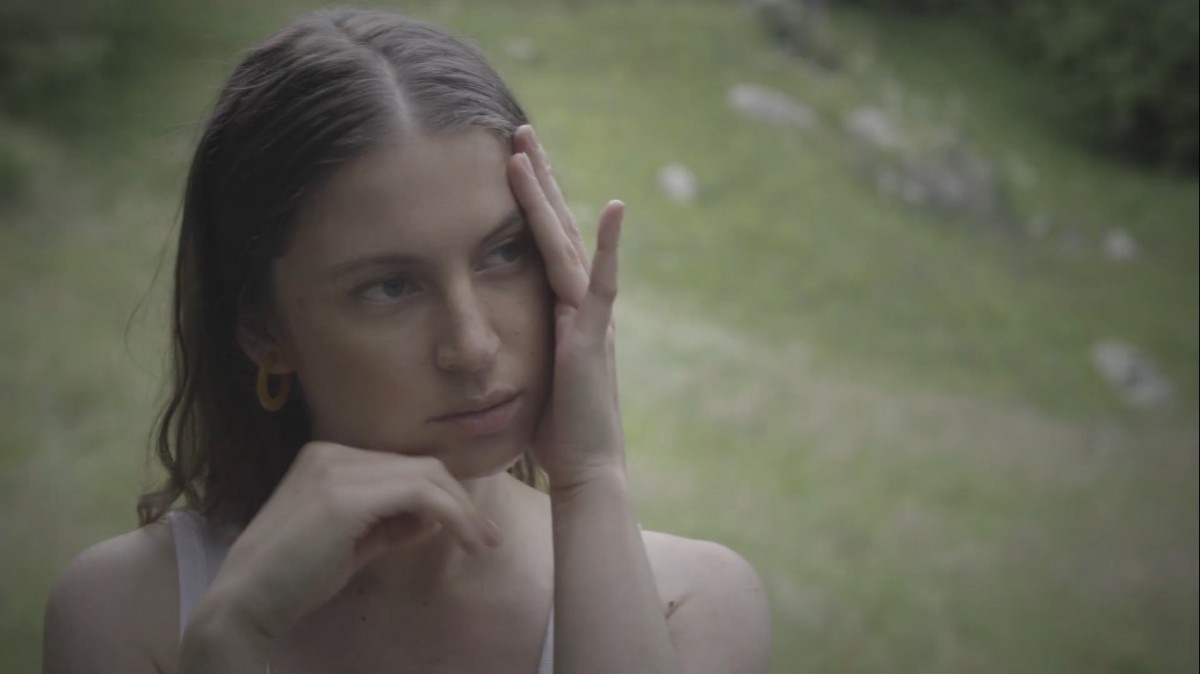 Ariana Abecasis al clip 'Flower smiles'