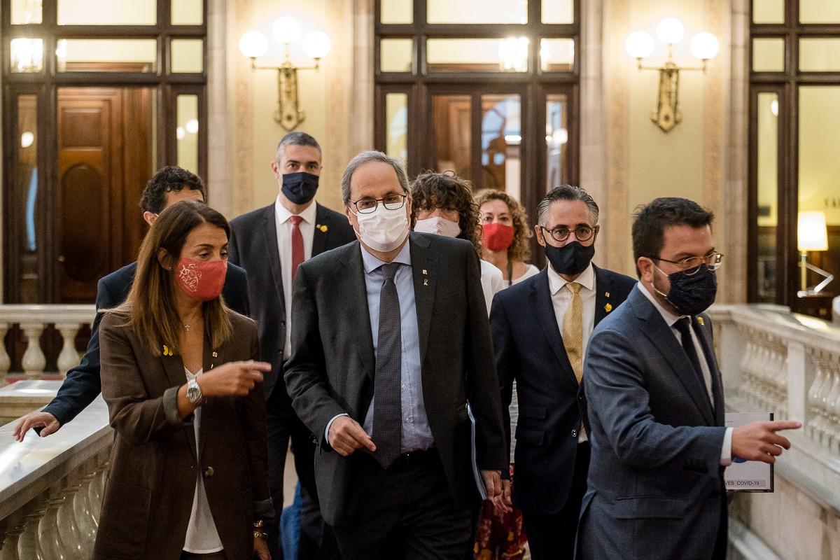 El president torra, flanquejat per Aragonès i Budó i acompanyat pels consellers