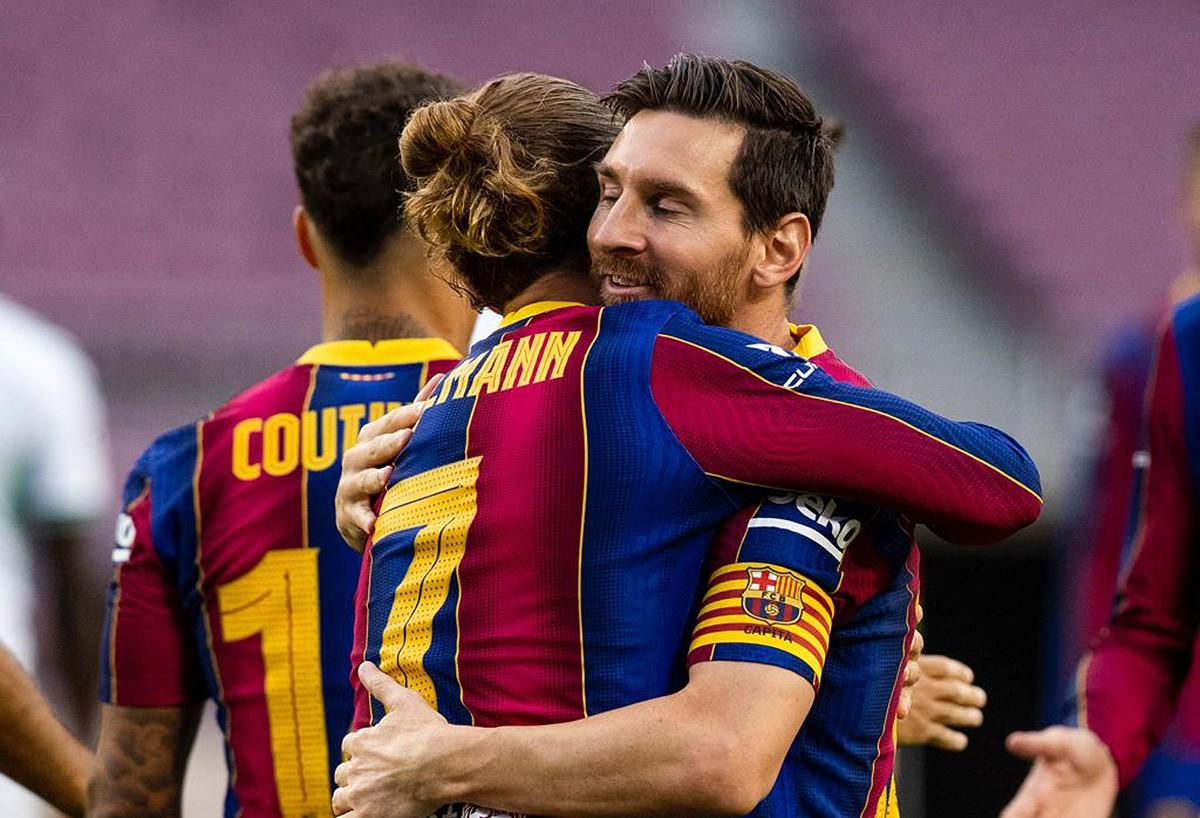 Griezmann, que ha marcat el gol del partit, abraça Messi