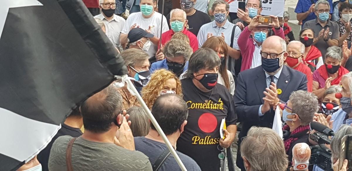 Jordi Pesarrodona, amb Laura Borràs i Eduard Pujol, entre la multitud
