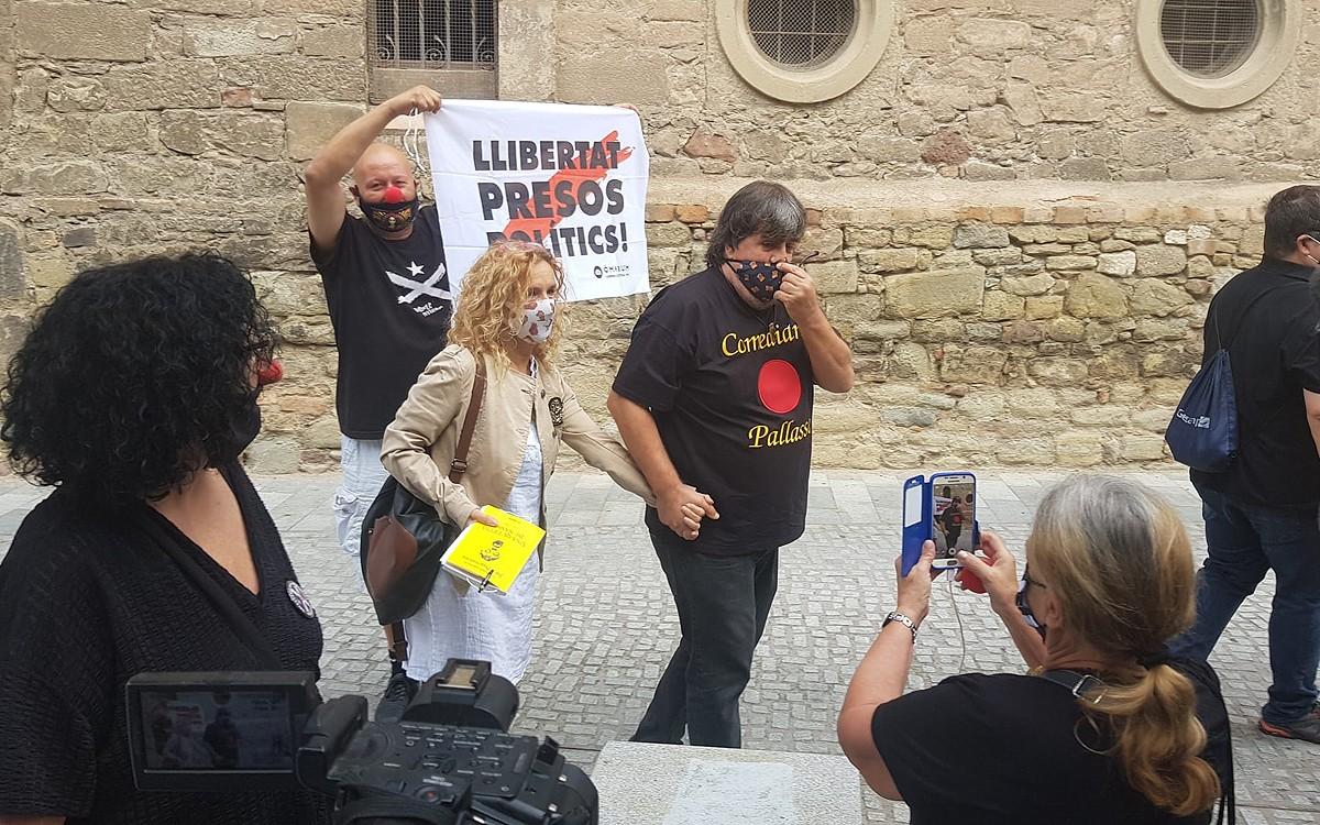 Jordi Pesarrodona, amb la seva parella, a la sortida dels jutjats.