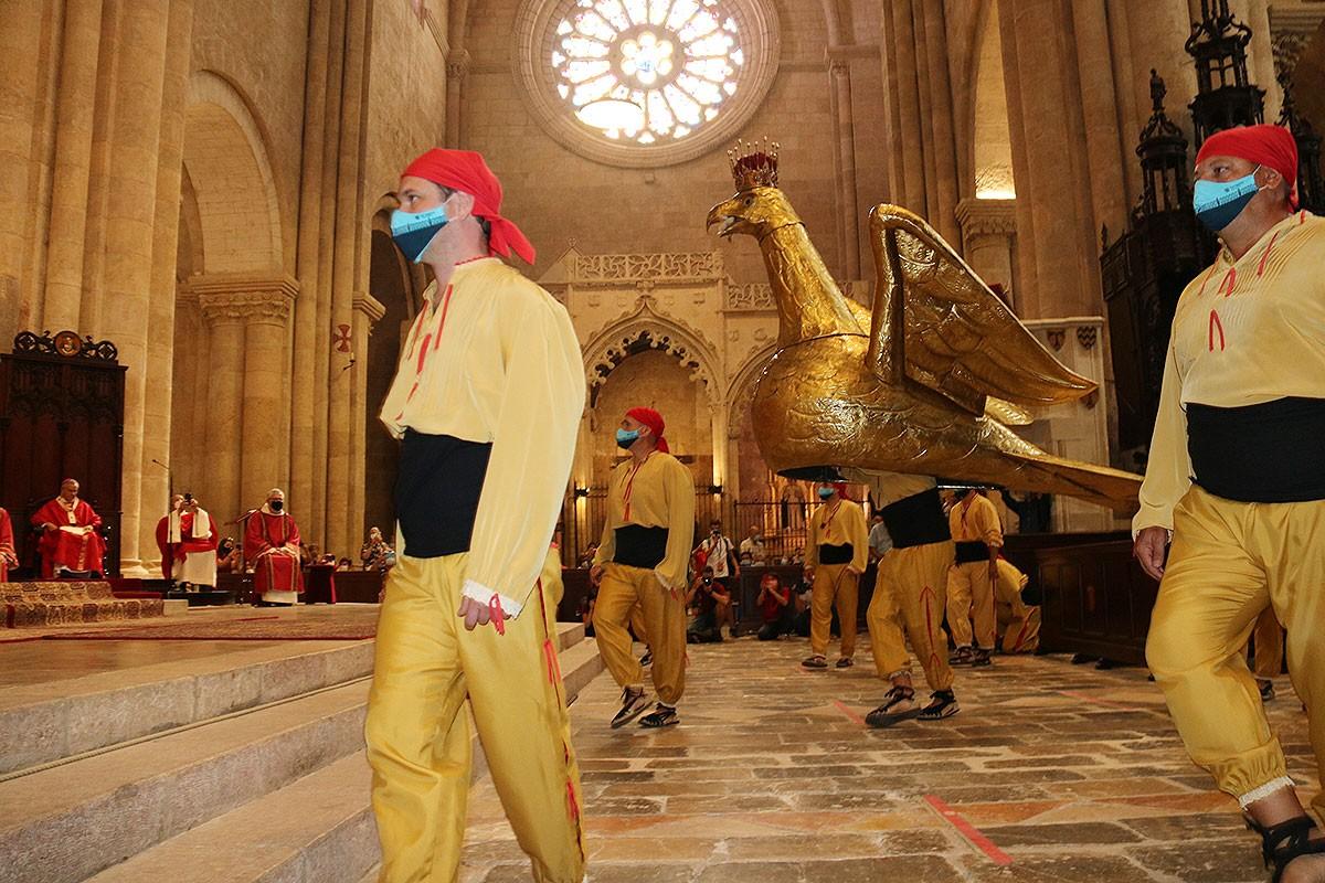 L'àliga, ballant davant les relíquies de Santa Tecla