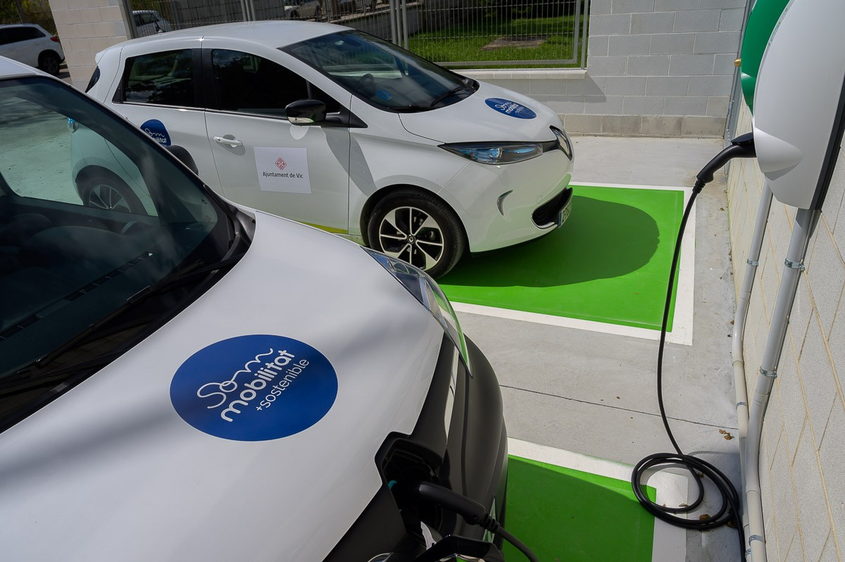 Un cotxe elèctric carregant la bateria en un punt de recàrrega