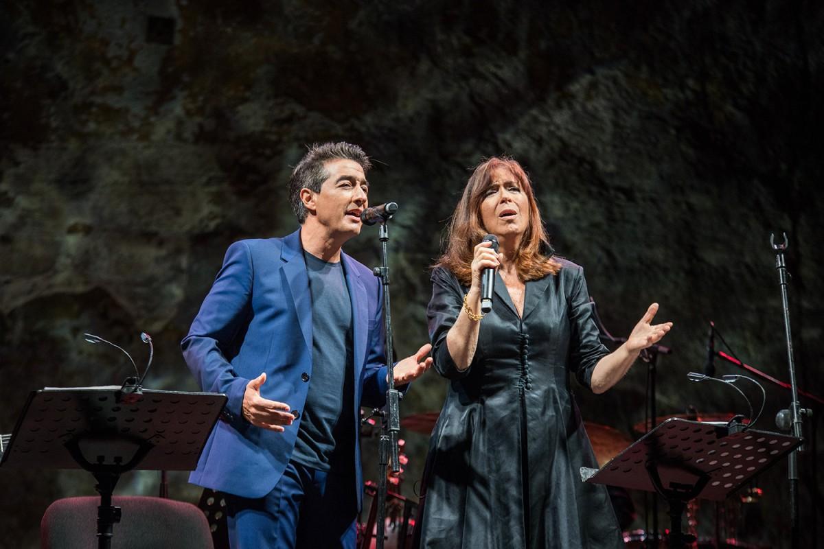 Juan Valderrama, guanyador del Premi Miquel Martí i Pol 2020, amb Maria del Mar Bonet al Teatre Grec