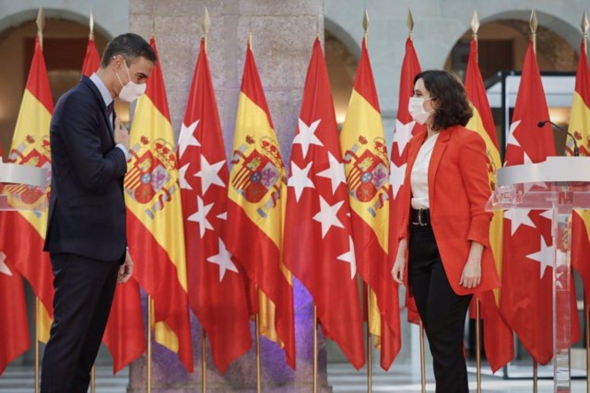 El president espanyol, Pedro Sánchez, i la presidenta madrilenya, Isabel Díaz Ayuso, en la seu de la comunitat.