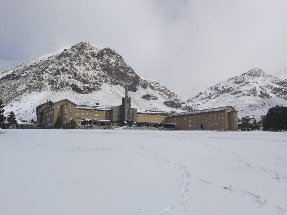 La Vall de Núria s'ha despertat aquest dissabte soterrada de neu.