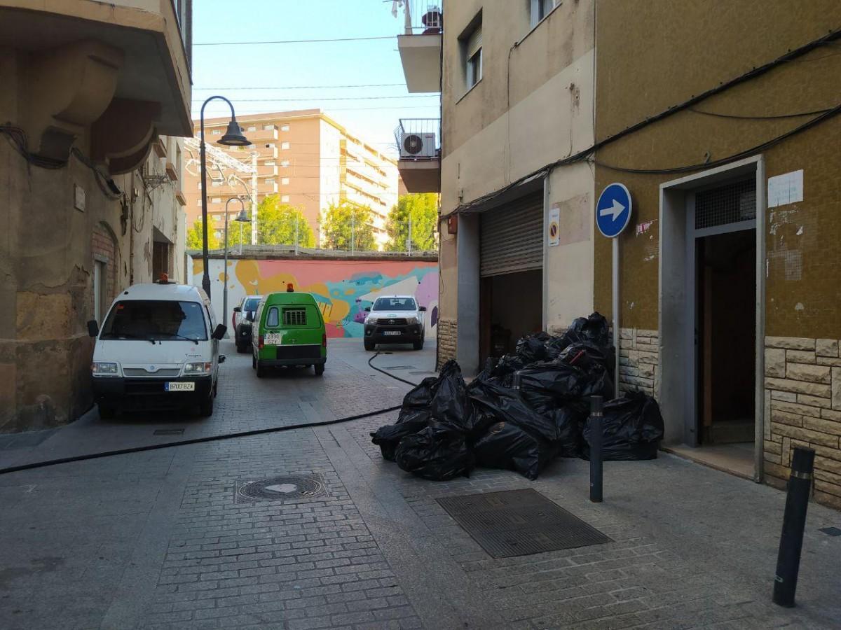 La neteja a l'edifici ocupat del Rancho Grande, al carrer de Sant Andreu, al Serrallo.