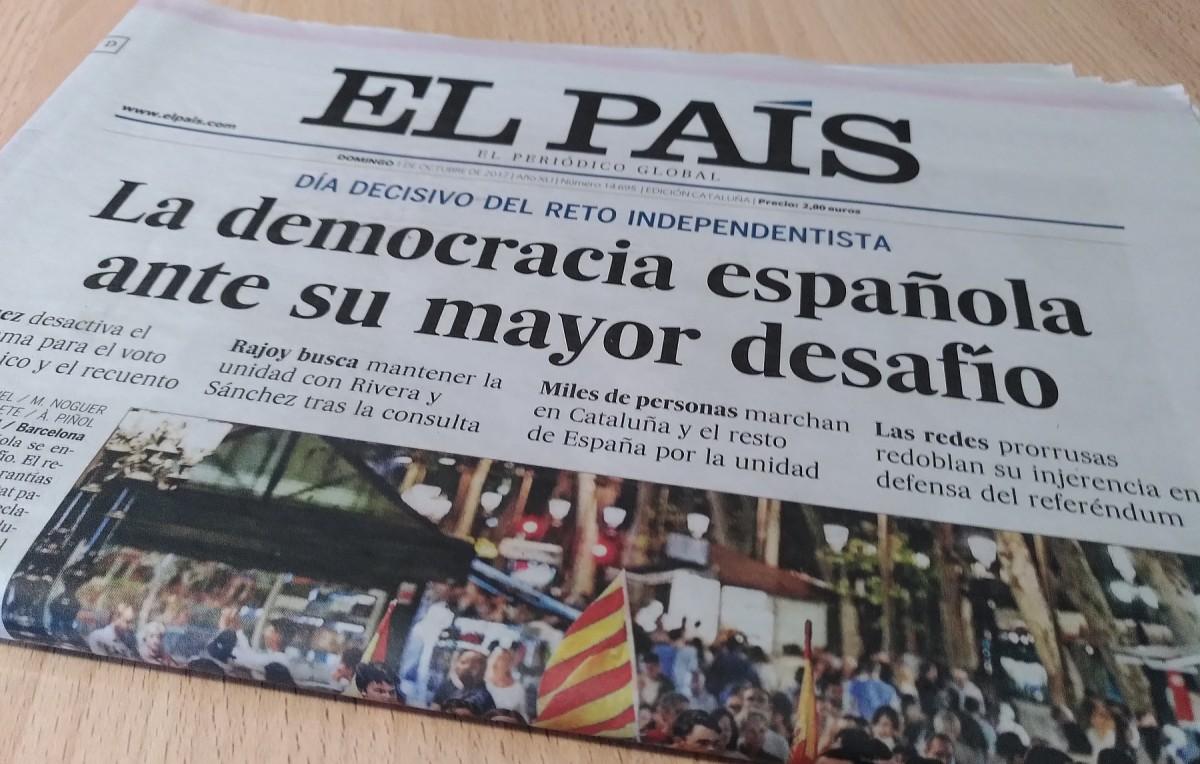 Portada del diari 'El País' del dia 1 d'octubre de 2017, contraposant la 'democràcia espanyola' al 'desafiament' independentista.