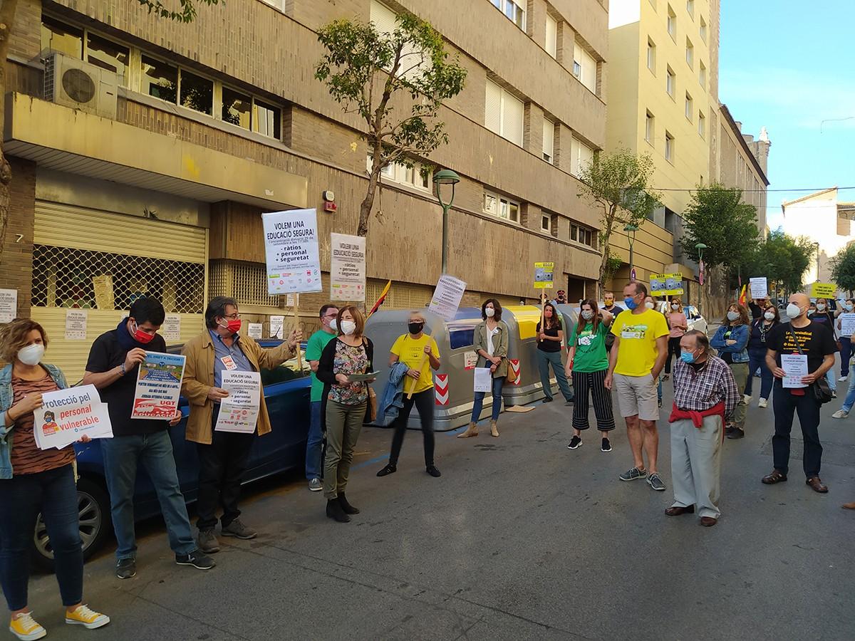 Els docents, avui, davant dels Serveis Territorials d'Ensenyament a Tarragona.