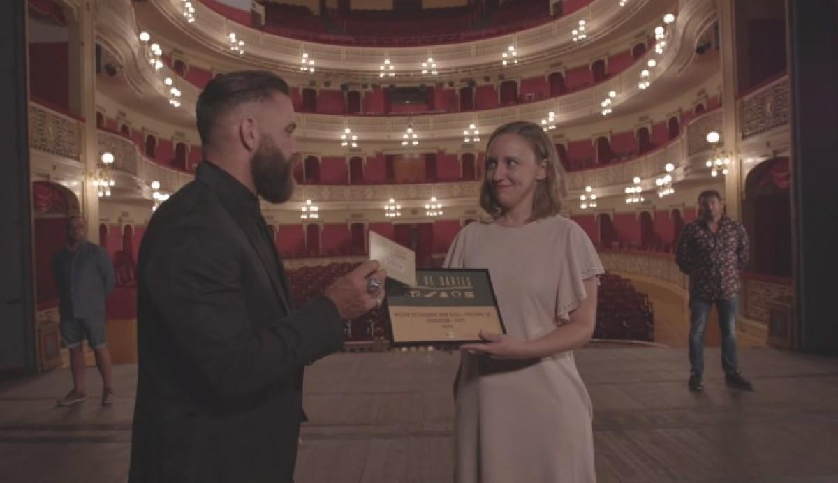 Meritxell Lecha, rebent el premi en nom del restaurant A3Mans, de Tarragona, al concurs Joc de Cartes de TV3.