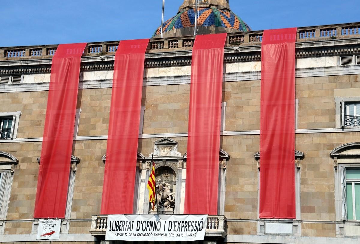 La façana del Palau de la Generalitat llueix les quatre barres amb motiu dels tres anys de l'1-O