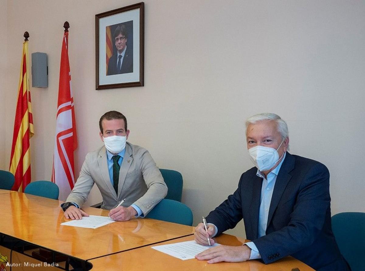 L'alcalde de Matadepera i el president de la patronal Cecot durant la signatura de l'acord.
