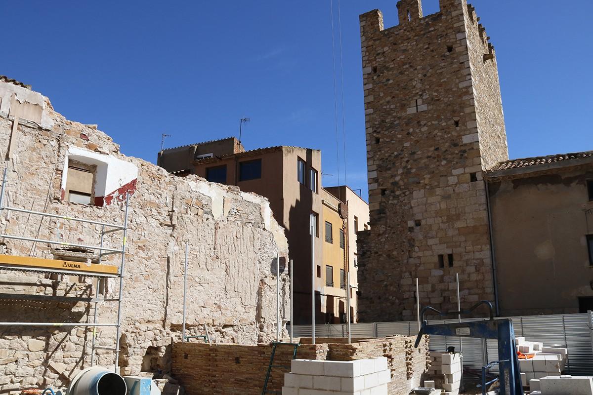 Les obres de restauració del portal de Sant Francesc de Montblanc i de la reconstrucció d'una segona torre, qüestionada per alguns experts.