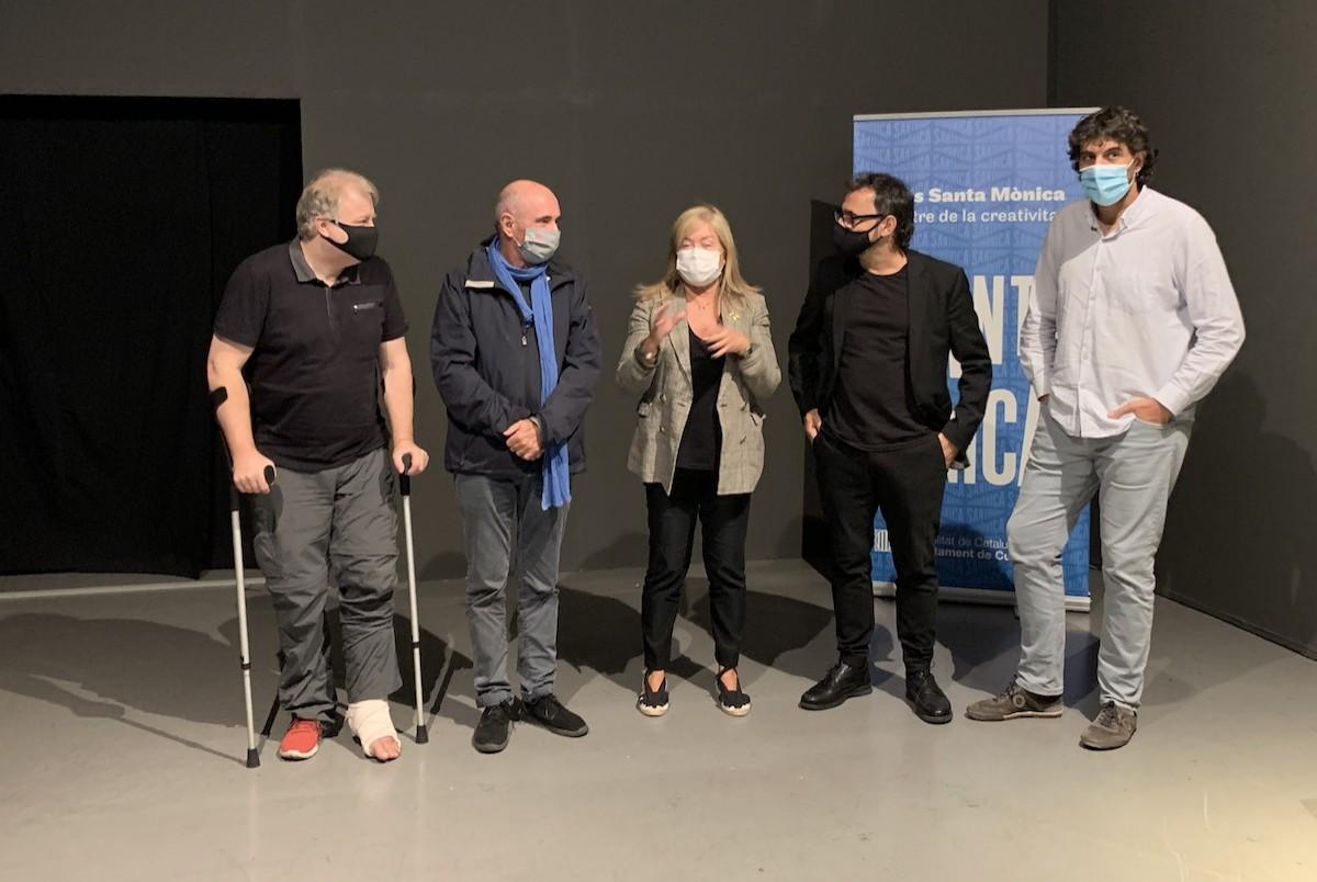D'esquerra a dreta, el director del grup Enderrock i impulsor de l'exposició, Lluís Gendrau; el cantautor Lluís Llach; la consellera de cultura, Àngels Ponsa; el director artístic, Lluís Danès; i l'alcalde de Verges, Ignasi Sabater
