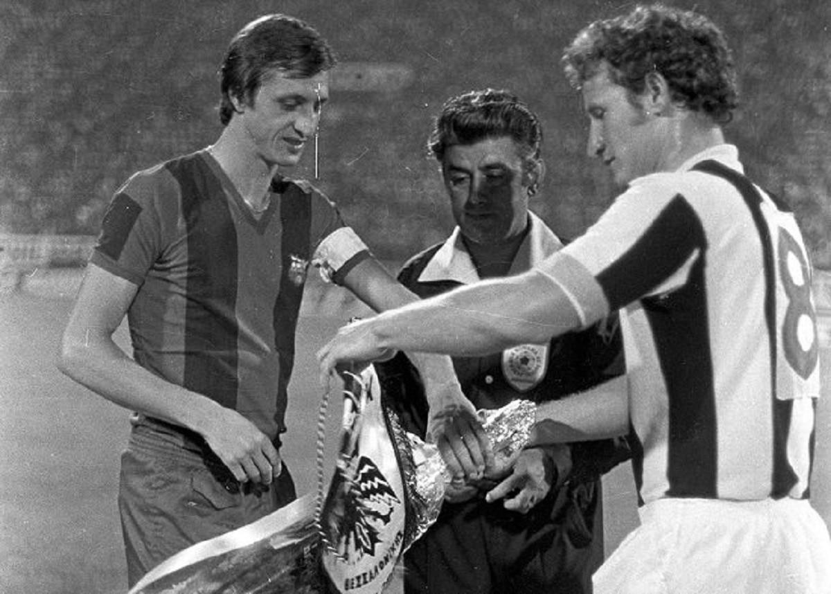 Johan Cruyff i el capità del PAOK, Stavros Sarafis, intercanvien banderins a l'inici del partit d'anada de la primera ronda de la Copa de la UEFA de 1975-76 disputat a Tessalònica