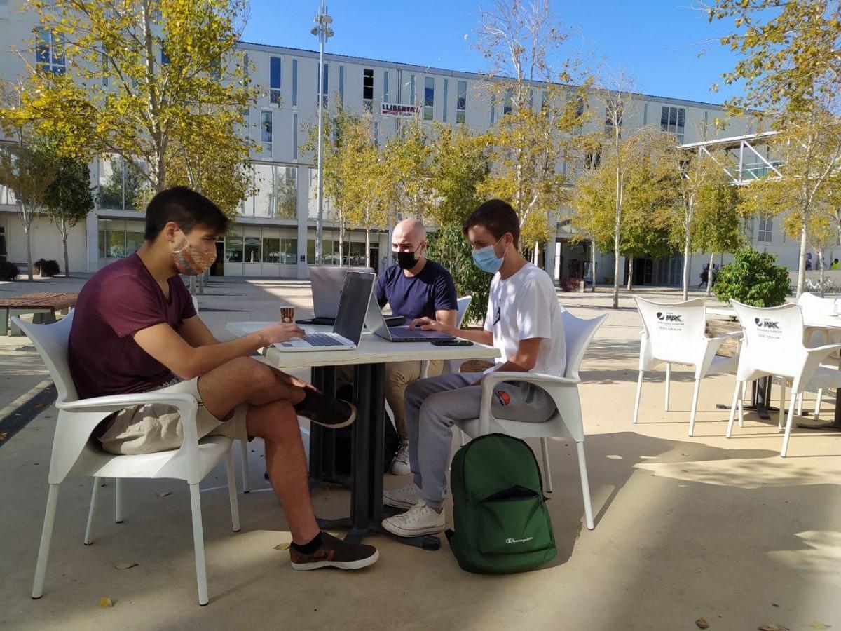 Uns estudiants, a la terrassa de la cafeteria del Campus Catalunya de la URV.