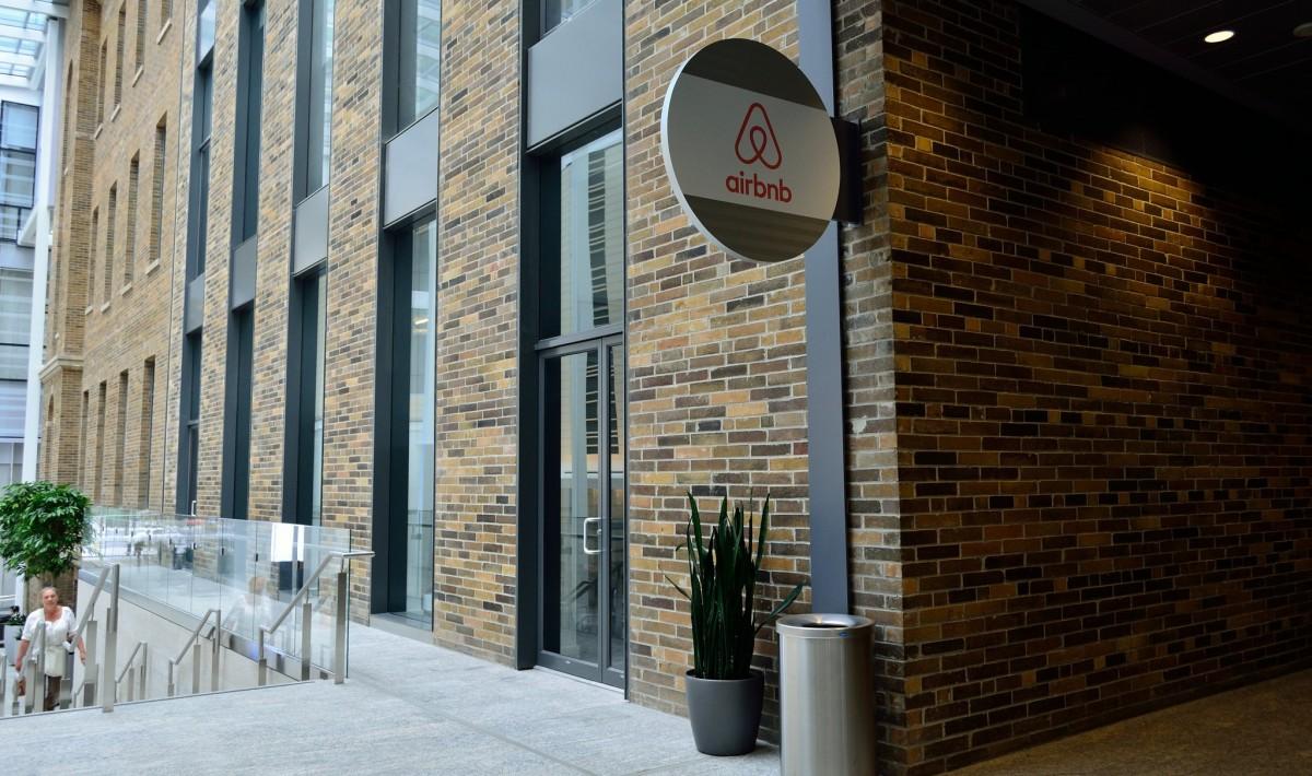 Airbnb es presenta públicament com una plataforma per fomentar el turisme sostenible.