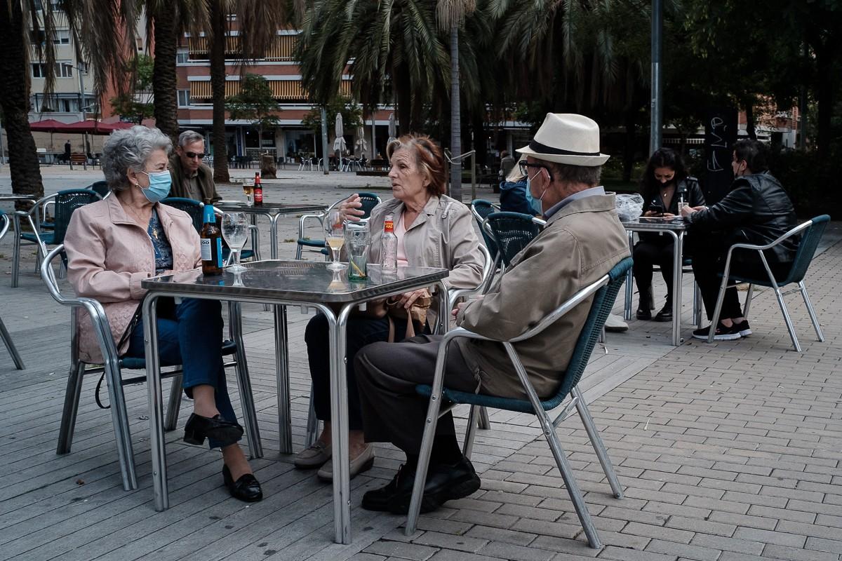 Clients a la terrassa d'un bar.