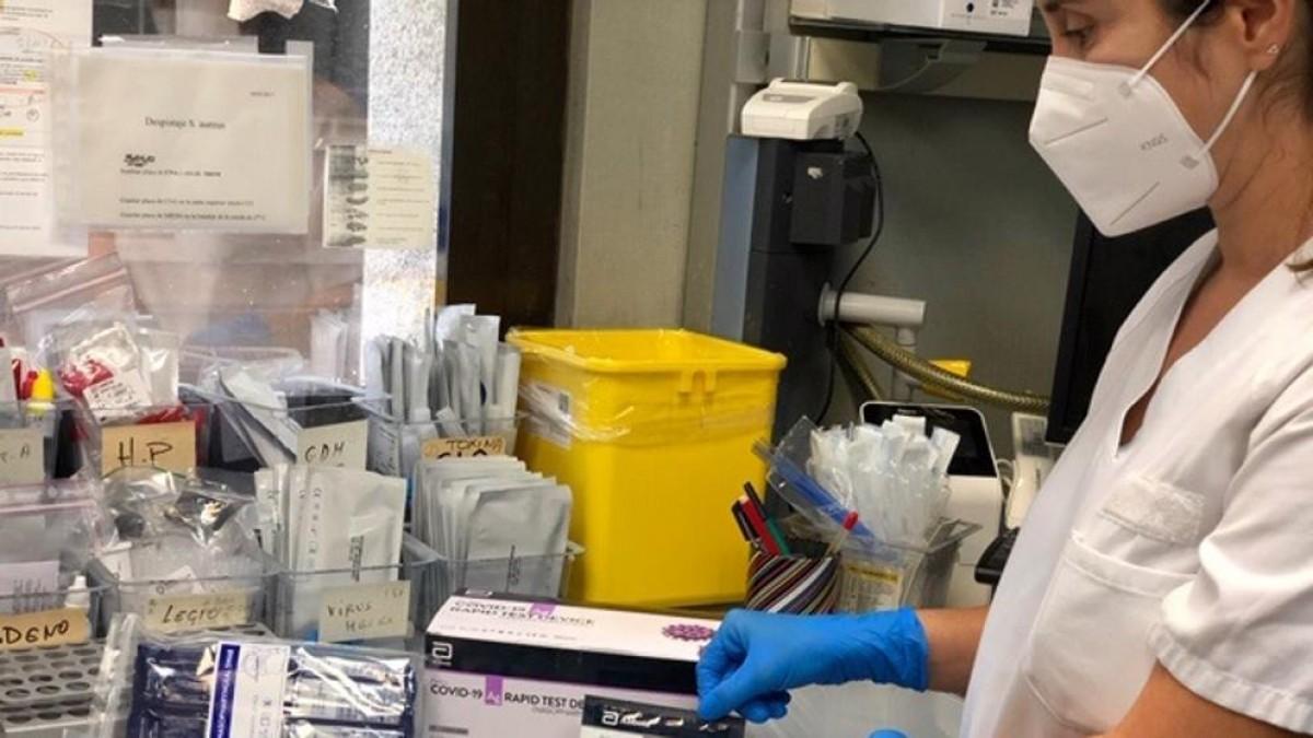 Una sanitària amb tests ràpids en un laboratori