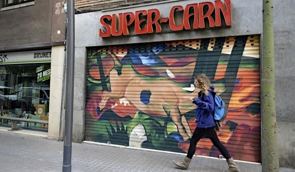 La Pinacoteca a Cel Obert de l'Eix Sants-Les Corts és un exemple  d'art urbà diferent i peculiar, que dinamitza el barri i el posiciona turísticament.