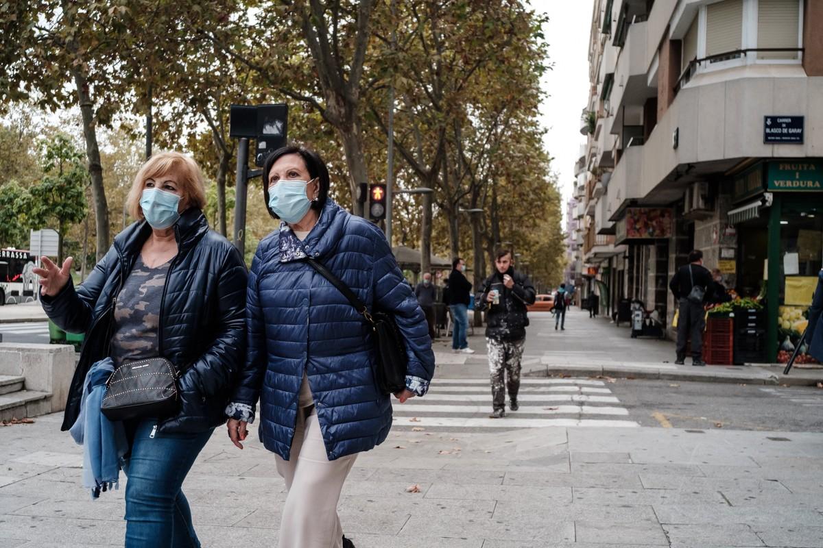 Gent amb mascareta al centre de Terrassa.