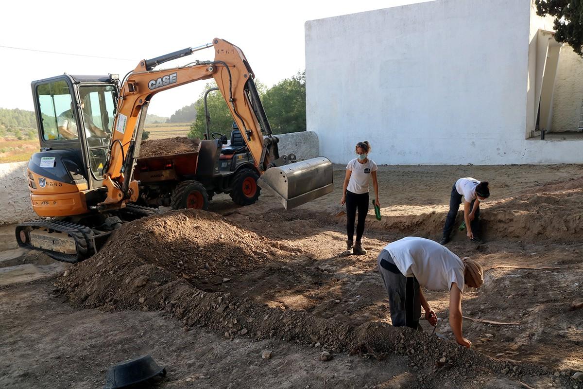 Els treballs d'excavació d'una fossa de la Guerra Civil al cementiri de Salomó, el 21 d'octubre del 2020.