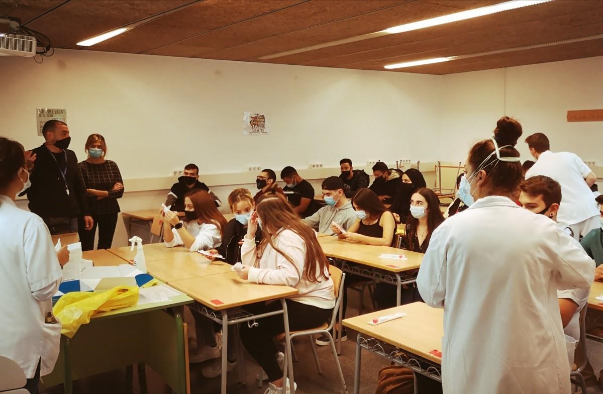 Alumnes de l'INS Montserrat Roig durant el cribratge de la setmana passada al centre terrassenc.