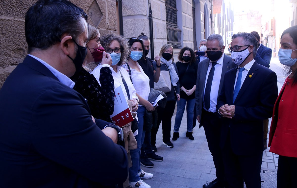 Tremosa parlant amb representants de d'associacions d'hostaleria de les Terres de l'Ebre.