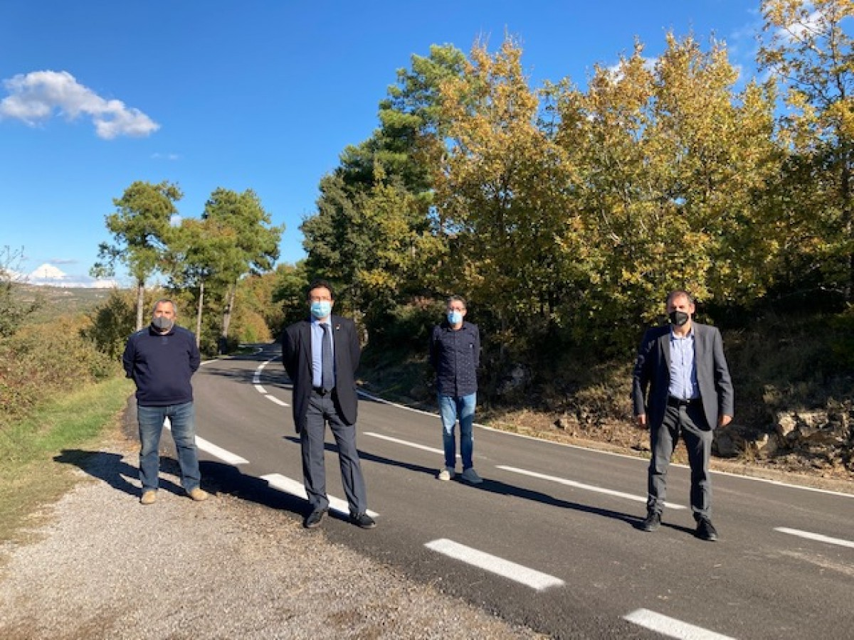 El secretari Gavín, l'alcalde de Pinós, Xavier Vilalta, i l'alcalde de la Molsosa, Marià Torra, han visitat la B-300, on el Departament de Territori i Sostenibilitat ha dut a terme actuacions de conservació
