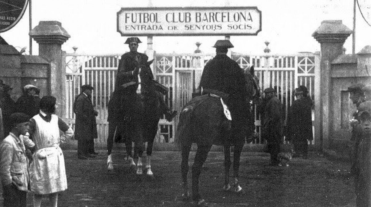 Dos Guàrdies Civils a les portes de l'estadi de Les Corts el 1925