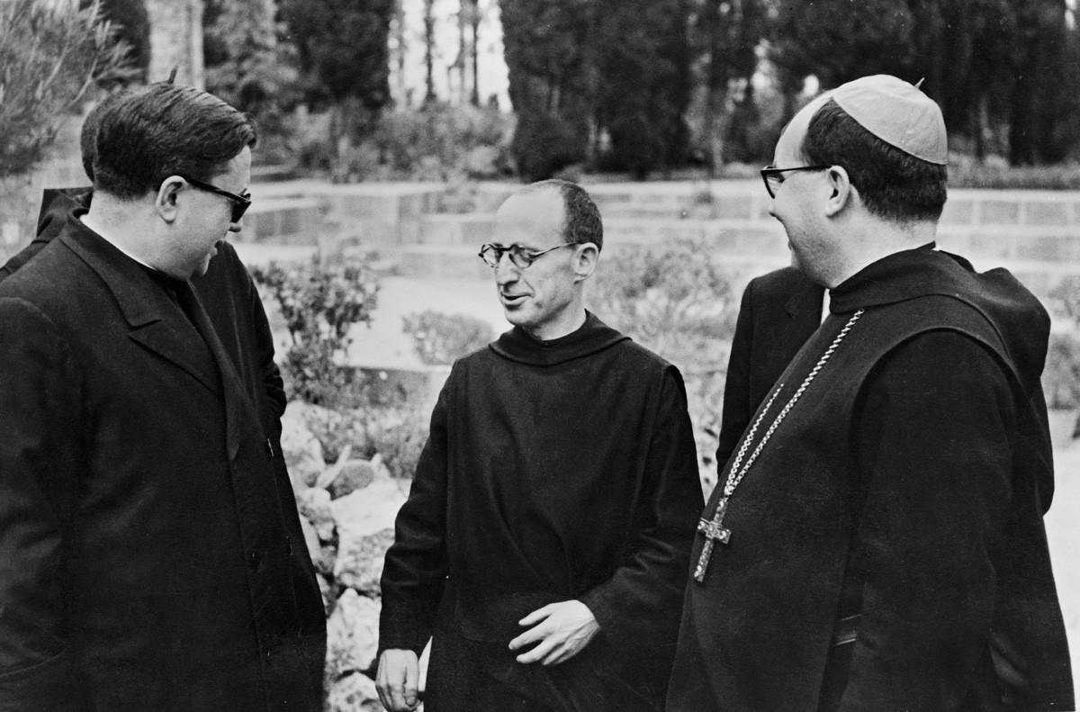 D'esquerra a dreta: Josepmaria Escrivá de Balaguer, el monjo Adalbert Franquesa i l'abat Aureli Escarré. En segon pla, Lluís Valls Taberner, amb corbata, a qui no se li veu la cara. (Montserrat, maig del 1948).