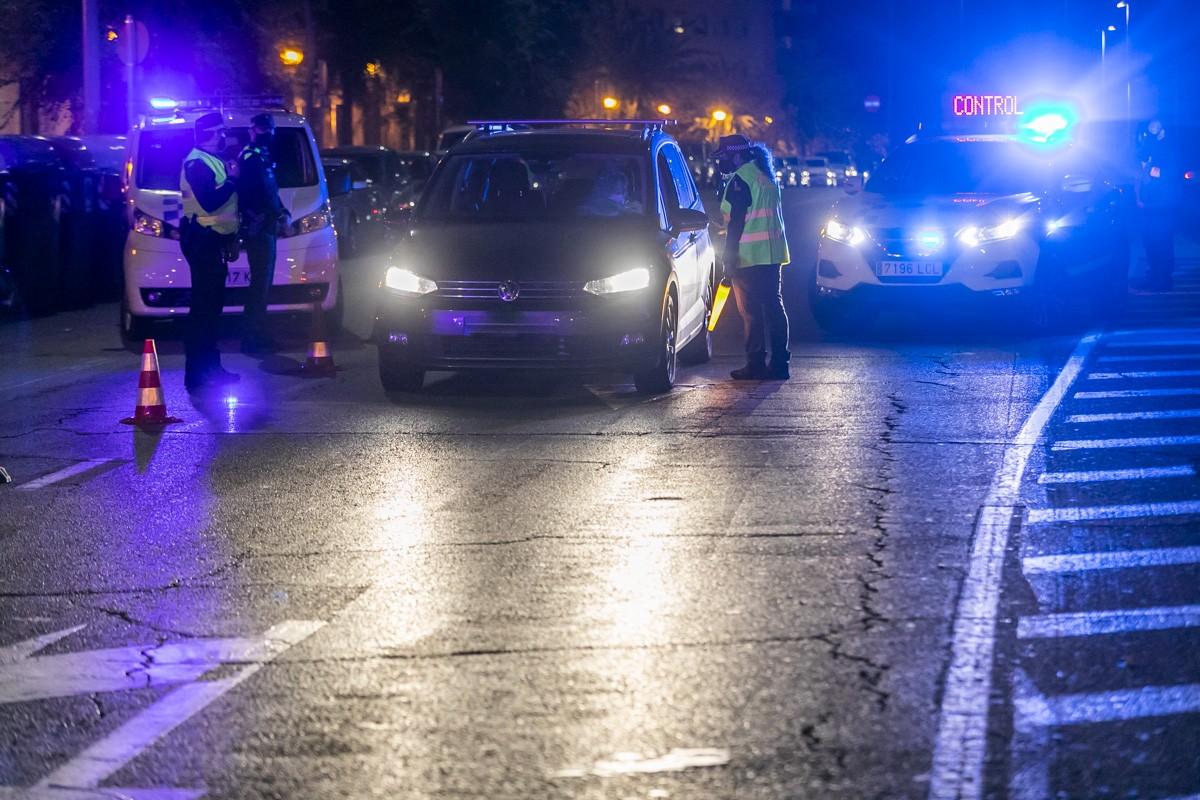 Un control policial a Sabadell, aquest nit