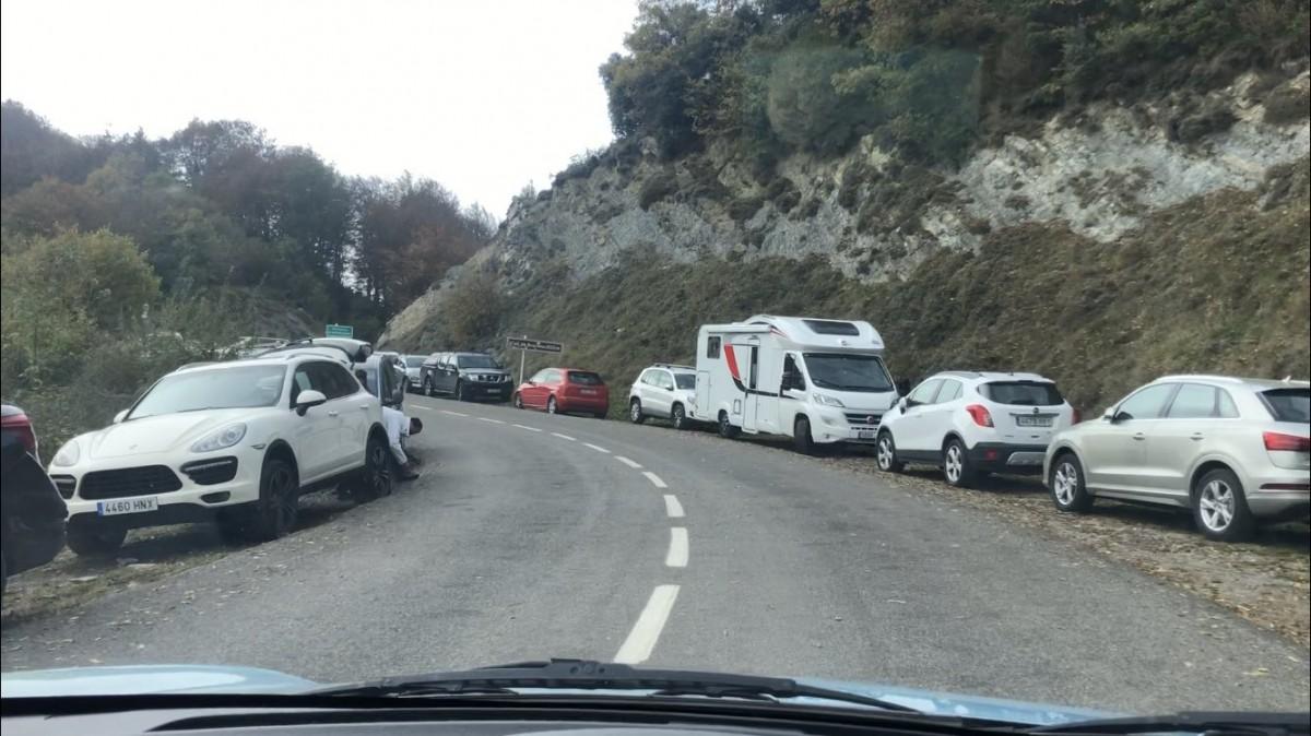A les 11 del matí de diumenge hi havia 134 cotxes aparcats als vorals del coll de Bracons.