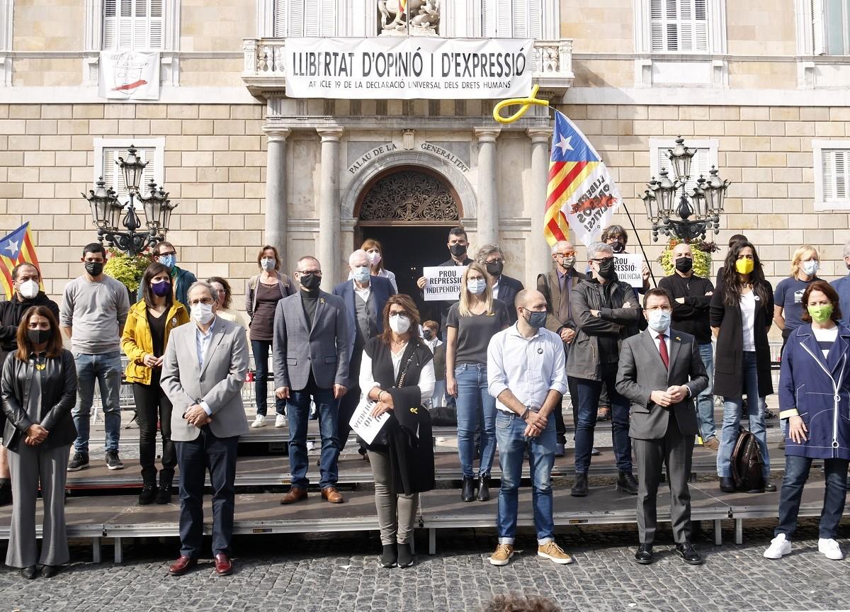 Protesta de representants de l'independentisme a Sant Jaume.