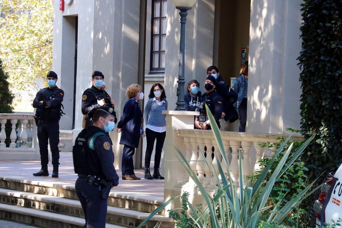 La Guàrdia Civil, aquest dimecres a les portes de l'Ajuntament de Cabrera de Mar