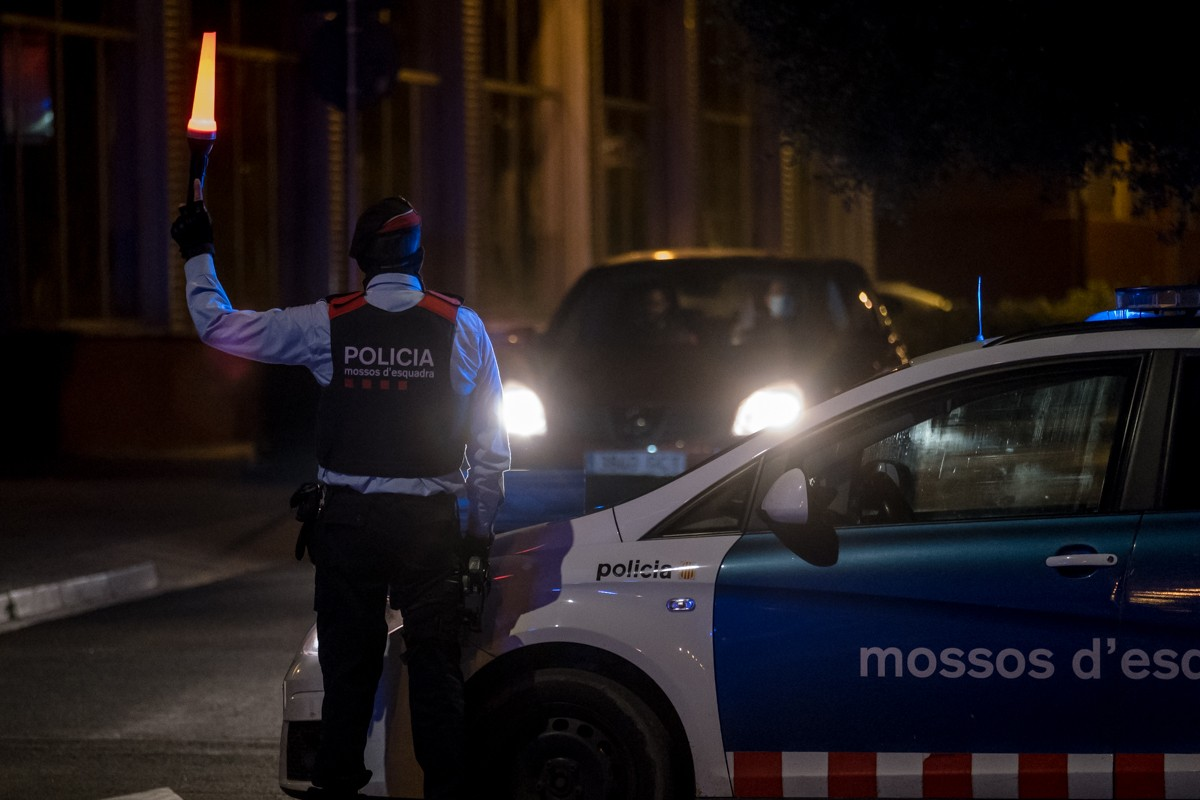 Control conjunt de Mossos i Policia Local durant una nit amb el toc de queda en vigència