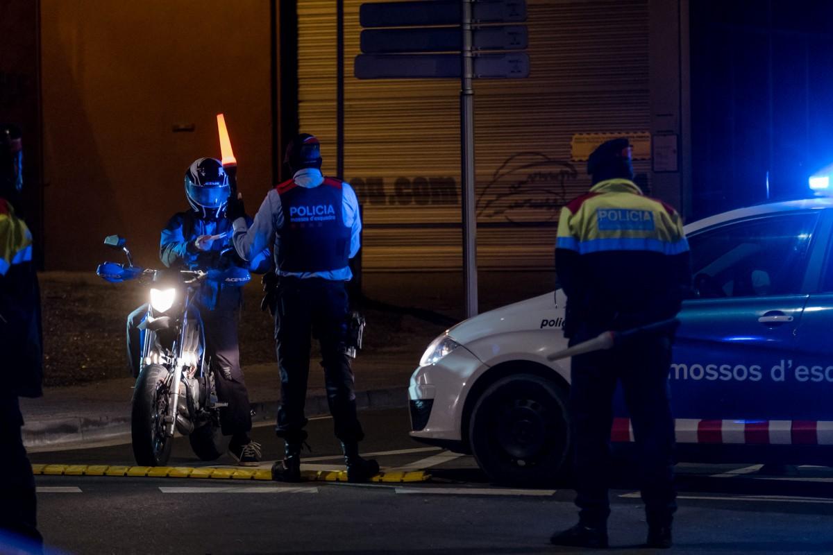 Control conjunt de Mossos i Policia Local per controlar el confinament