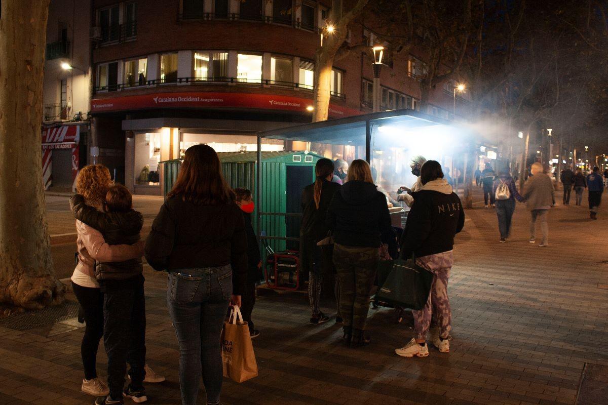 Cua de persones a la parada de castanyes de la Rambla d'Ègara de Terrassa