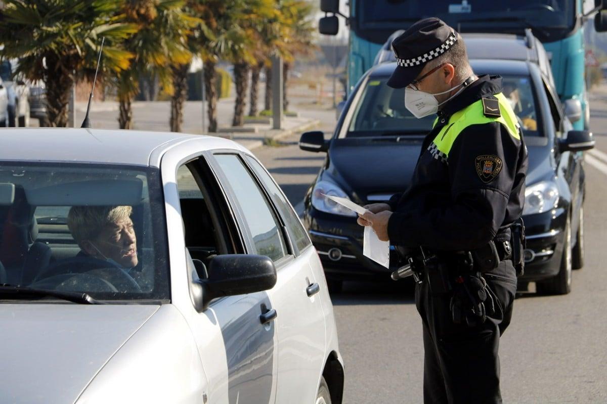 Un policia fent controls per al confinament perimetral