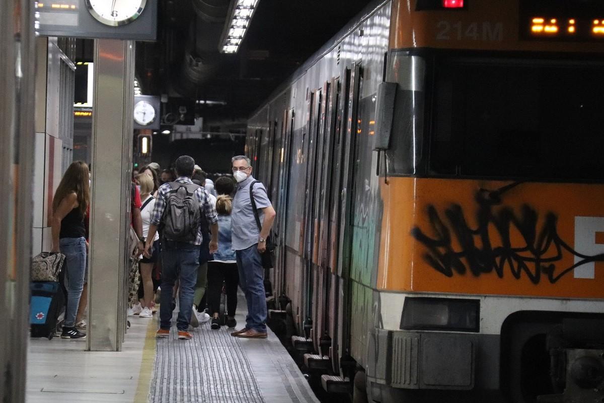 Passatgers a l'andana d'una estació de tren