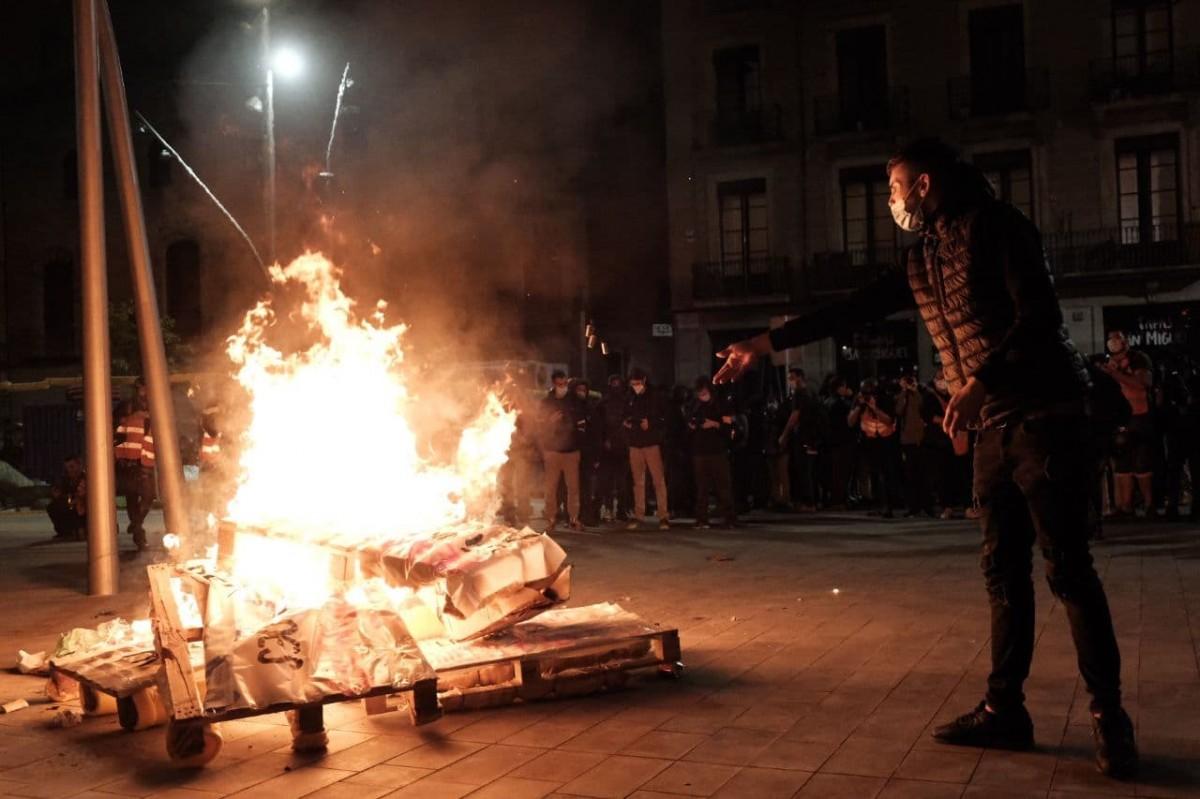 Manifestants encenen un foc a la plaça de Sant Miquel en protesta pels desnonaments