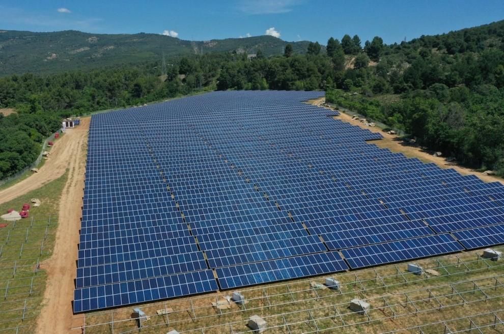 Imatge aèria d'una planta fotovoltaica prop de la presa de la Talarn