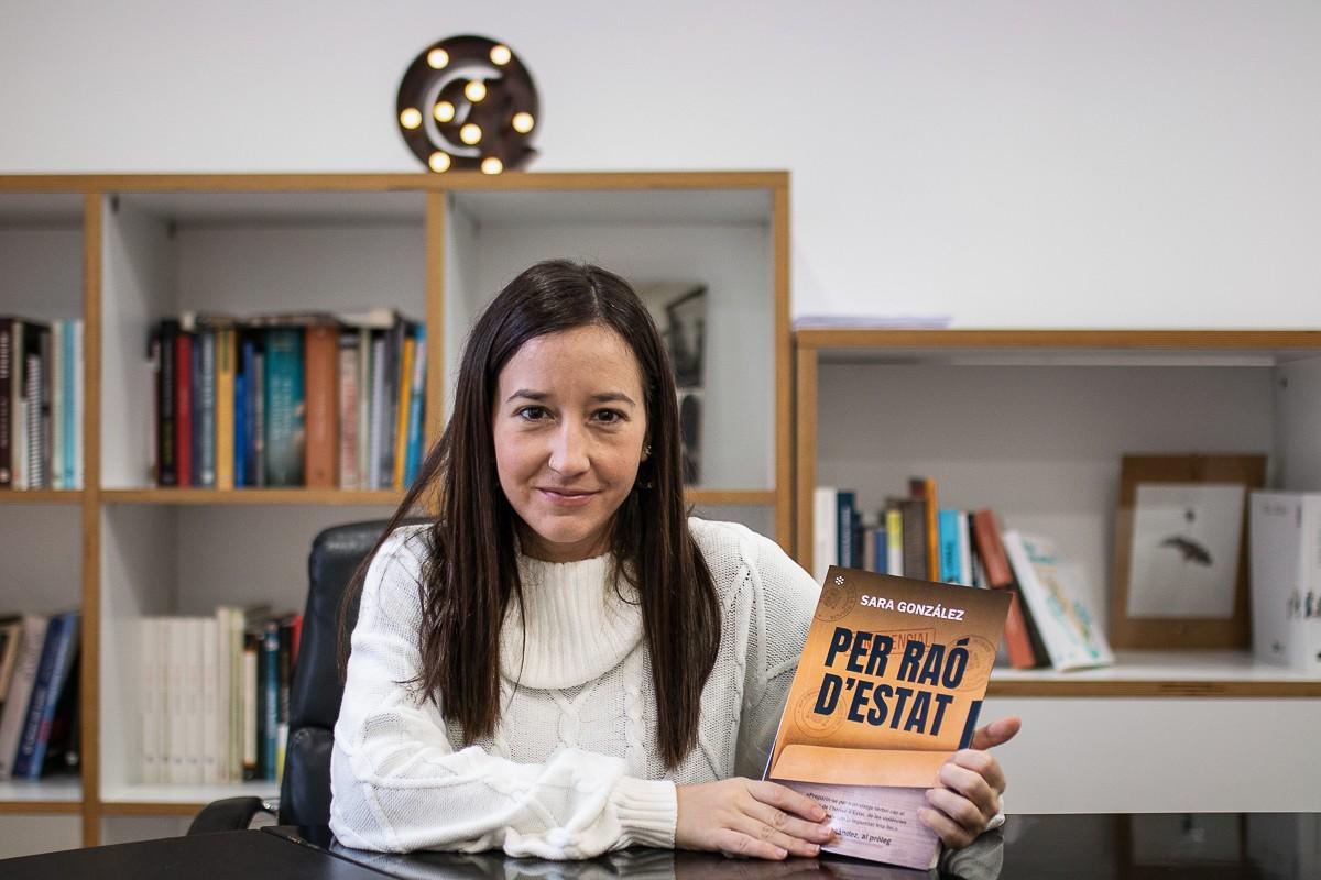 La periodista de NacióDigital Sara González, amb el seu nou llibre.