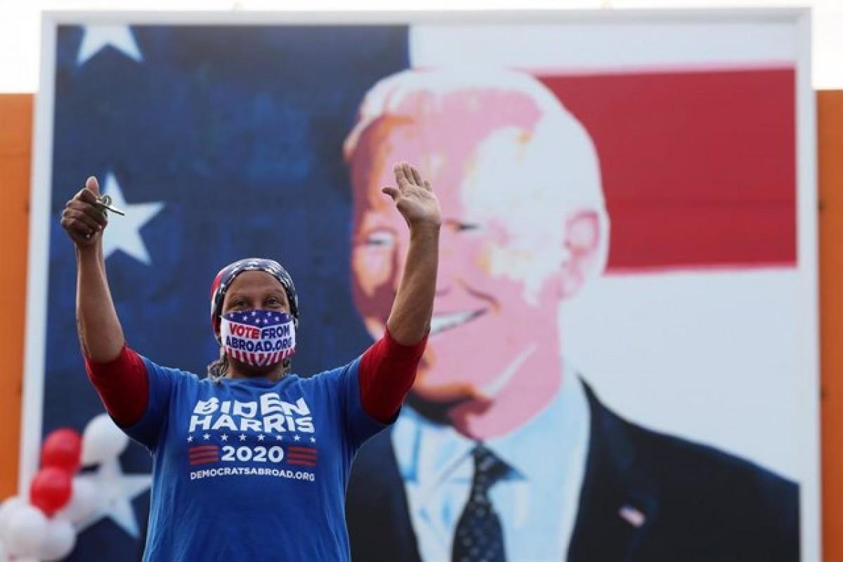 Una dona celebra la victòria de Joe Biden.