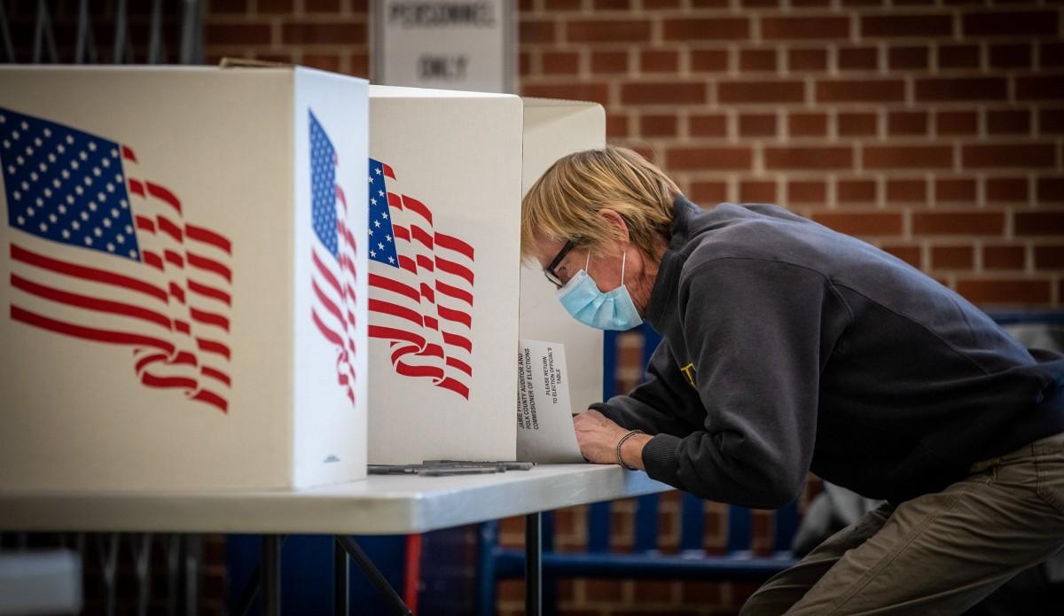 Un elector a Des Moines (Iowa), omplint la butlleta de votacions a les eleccions del 3 de novembre.