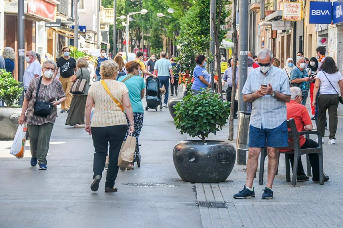 Gent passejant pel carrer a Rubí