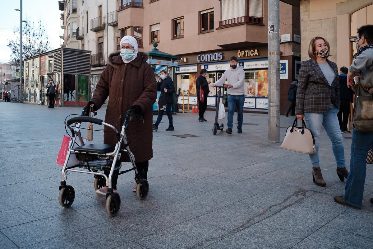 Gent amb mascareta al centre de Vic.