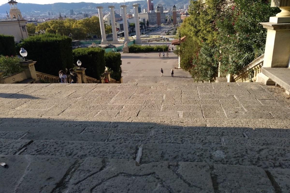 La làpida  a les escales de Montjuïc