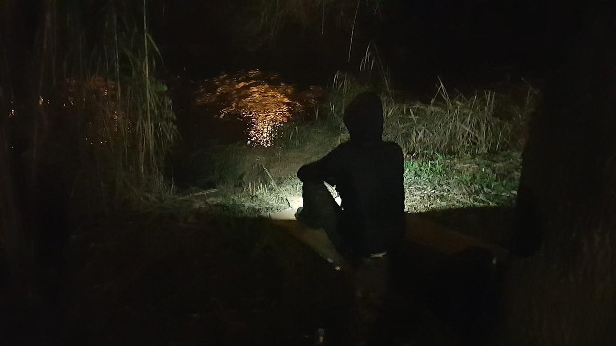L'Eme, sobre uns cartrons, en una zona allunyada dels llums de la ciutat